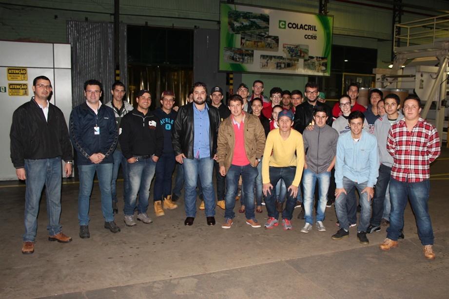 Acadêmicos do curso de Administração na visita à indústria de autodesivos Colacril