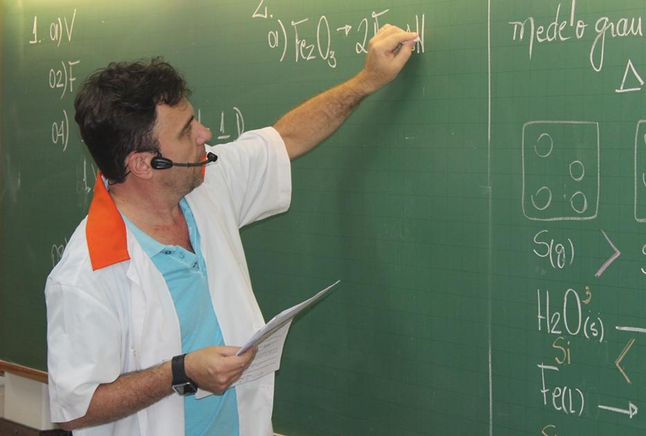 Professor Carlos Alberto ministra aula de química